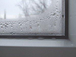 Фото капель на внутренней поверхности стекла окна ПВХ, selans.ru