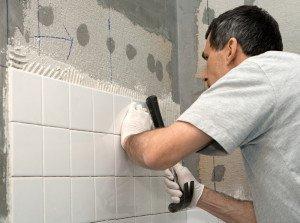 На фото - монтаж плитки на стены ванной, stroikairemont.com