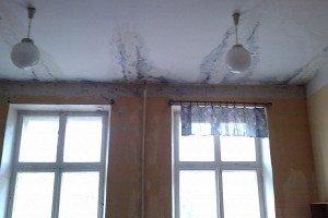 Фото испорченного потолка от протекающей крыши, krovlyakryshi.ru