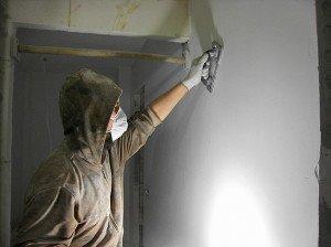 Нанесение финишной шпаклевки и шлифовка стен фото