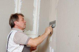 На фото - шпаклевание трещин в стене, stroykadoma.org