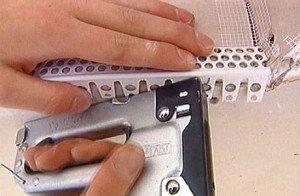 Фото крепления полукруглого уголка с помощью строительного степлера, metr.tv