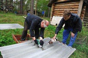 На фото - резка волнового шифера, podkryshej.ru
