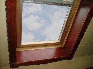 На фото - окно с откосами из деревянных панелей, wood.zabor.ru