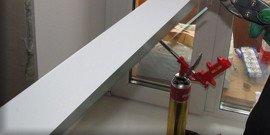 Как вырезать и приклеить уголки на дверные и оконные откосы