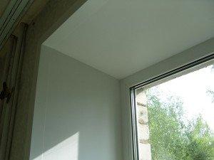 На фото - пластиковые откосы на окне, seosens.ru