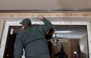 На фото - монтаж пластиковых откосов окна, okna-biz.ru