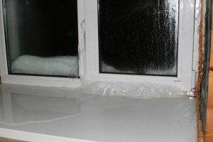 На фото - промерзание окна, dst52.ru