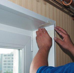 На фото - установка пластиковых панелей на откосы окна, plohimoknam.net