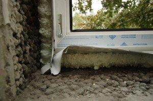 Фото излишков монтажной пены вокруг окна, demetra.ru