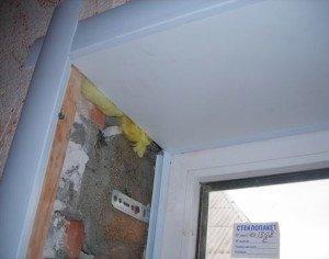 На фото - монтаж пластиковых панелей в пазы на откосы окна, mirsovetov.ru