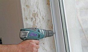 Фото установки стартового П-образного профиля на откосы окна, stroisovety.org