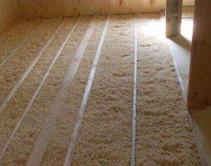 На фото - органический утеплитель опилки для потолка, pro-uteplenie.ru