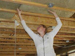 На фото - утепление потолка деревянного дома минеральной ватой, prouteplenie.ru