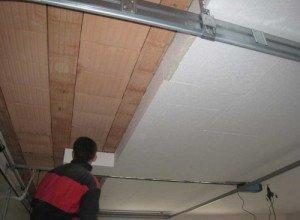 На фото - процесс теплоизоляции потолка в доме, akterm.ru