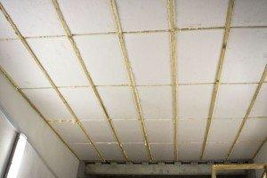 На фото - каркасная технология монтажа пенопласта на потолок, potolokspec.ru