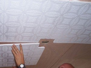 На фото - монтаж пенопласта на потолок с помощью клея, strport.ru