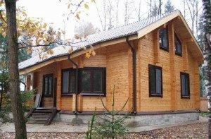 На фото - деревянный дом из бруса с мансардой, dm02.ru