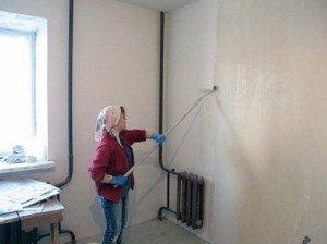 На фото - грунтовка стен под декоративную штукатурку, armstroy-s.ru