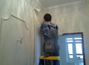 На фото - процесс поклейки обоев в углах, repaireasily.ru