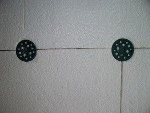 На фото - крепление листов пенопласта к стене дюбель-гвоздями, utepleniedoma.com