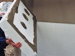 На фото - крепление пенопласта клеящей штукатуркой, aquagroup.ru