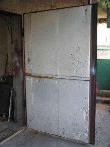 На фото - утепление металлической двери гаража пенопластом, howmake.in.ua
