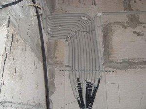 На фото - прокладка кабелей электропроводки в квартире, yablor.ru