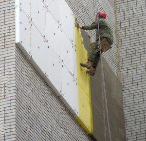 На фото - слой утепления из пенопласта под штукатуркой, mastera-kiev.io.ua