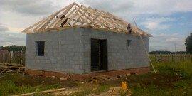 Монтаж стропильной системы четырехскатной крыши – в чем сложность?