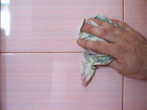 На фото - очищение пятен затирки на плитке, plitka-v-dom.blogspot.com
