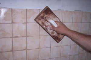На фото - очистка цементной затирки, termoum.ru