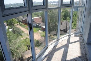 На фото - остекление балкона панорамными окнами, balkonhelp.ru