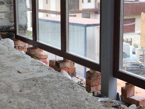 На фото - подготовка к установке панорамных окон, okna-tango.ru