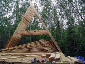 На фото - стропильные треугольники крыши каркасного дома, stylekrov.ru