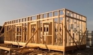 Фото вертикальных стоек из бруса для стен каркасного дома, rmnt.ru