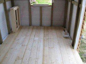 На фото - укладка пола в сарае для кур, postroy-sam.com