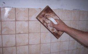 На фото - очистка плитки от остатков затирки, termoum.ru