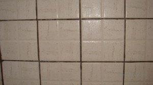 Фото грязно-серых швов плитки в ванной, gipsari.com