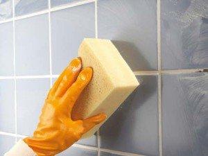 На фото - чистка швов плитки в ванной, 1poplitke.ru