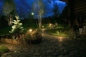 На фото - декоративные садовые фонари для клумб с цветами, stroika-smi.ru
