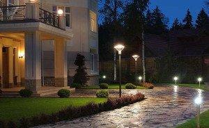 На фото - декоративные элементы для освещения территории дома, elektroas.ru