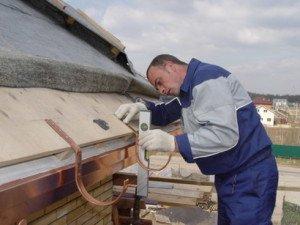 Фото крепления кронштейнов для водостока крыши, montaj-doma.ru