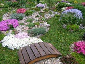 На фото - горбатый мост в ландшафтном дизайне сада, mydiz.ru