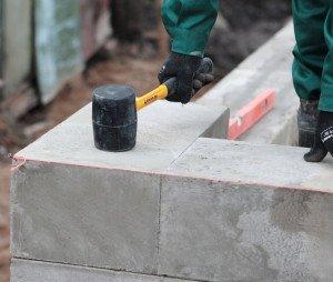 На фото - резиновая киянка для кладки стен из пеноблоков, penobetonpik.ru