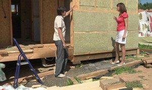 На фото - монтаж правильного пирога стен каркасного дома, youtube.com
