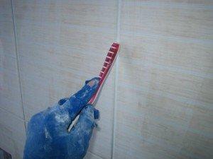 Фото выравнивания швов плитки после затирки зубной щеткой, 1poplitke.ru