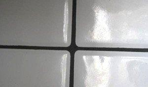 На фото - черная затирка для белой плитки, otzovik.com