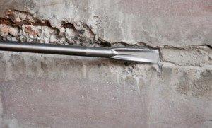 Фото очистки трещины в бетоне перед герметизацией, penetron24.ru