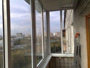 На фото - холодное остекление балкона с помощью алюминиевых систем, balcony-okna.ru